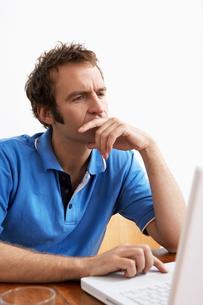 Mid adult man using laptopの写真素材 [FYI02942418]
