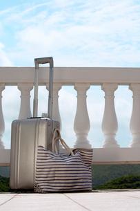 Suitcase and handbag by railingsの写真素材 [FYI02942452]