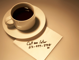 Message on Napkin Beside Coffee Cupの写真素材 [FYI02942471]