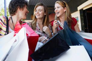Three teenage girls with shopping bagsの写真素材 [FYI02942499]