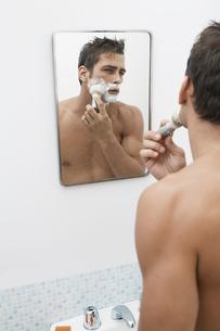 Mid adult man applying shaving creamの写真素材 [FYI02942512]