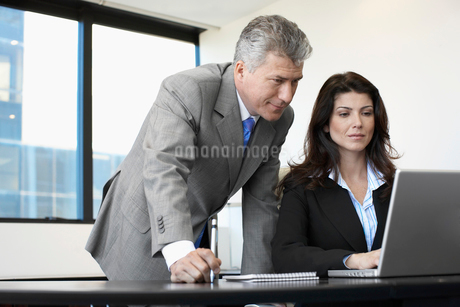 Two businesspeople working on laptopの写真素材 [FYI02942570]