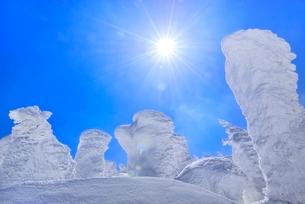 蔵王 地蔵山の樹氷と太陽の写真素材 [FYI02942611]