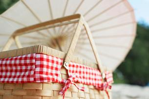Picnic basket near parasolの写真素材 [FYI02942649]