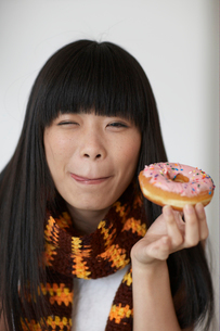 Mid-Adult Woman Eating Donutの写真素材 [FYI02942686]