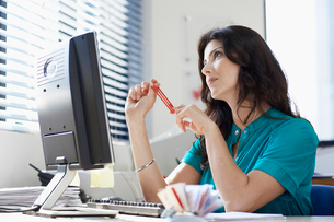 Female office worker day dreamingの写真素材 [FYI02942744]