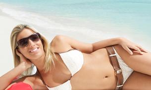 Young Woman Lying on Beachの写真素材 [FYI02942773]