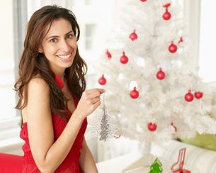 Woman Holding Christmas Tree Decorationの写真素材 [FYI02942787]