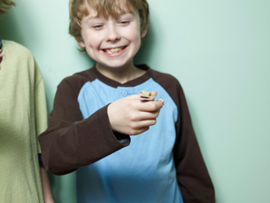 Boy Holding Lizard in Handの写真素材 [FYI02942848]