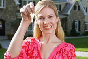 Mature woman holding house keysの写真素材 [FYI02942875]