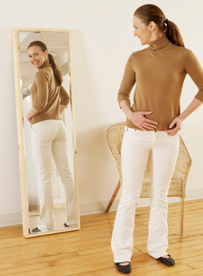 Mid-Adult Trying on Jeansの写真素材 [FYI02942896]