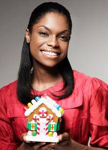 Woman Holding Christmas Decorationの写真素材 [FYI02942905]