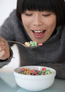 Mid-Adult Woman Eating Breakfast Cerealsの写真素材 [FYI02942913]