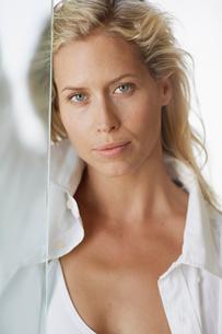 Portrait of mid adult womanの写真素材 [FYI02942933]