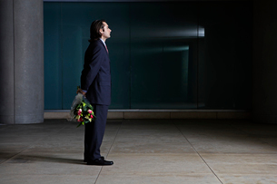 Businessman with bunch of flowersの写真素材 [FYI02942960]