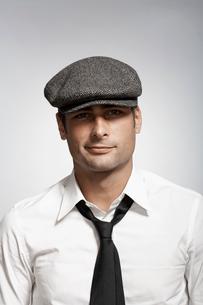 Mid adult man wearing capの写真素材 [FYI02942988]