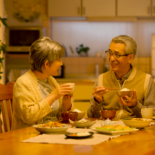 夕食を食べるシニア夫婦の写真素材 [FYI02943009]