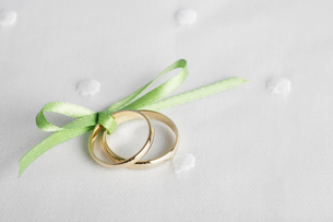 Two wedding rings tied up with ribbonの写真素材 [FYI02943033]