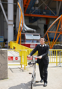 Businessman with Bicycle at Roosevelt Island Tramwayの写真素材 [FYI02943037]