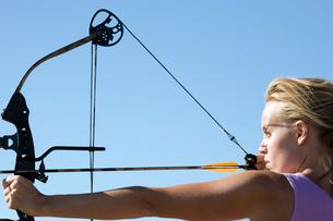 Young woman arrow shootingの写真素材 [FYI02943038]