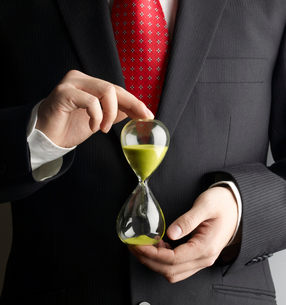 Businessman Holding Hour Glassの写真素材 [FYI02943046]