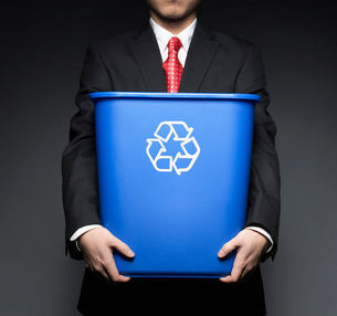 Businessman Holding Recycling Binの写真素材 [FYI02943057]