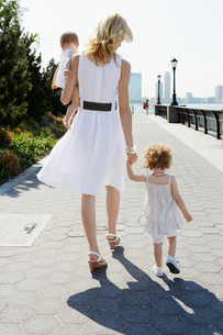 Mothers walking with two daughtersの写真素材 [FYI02943067]