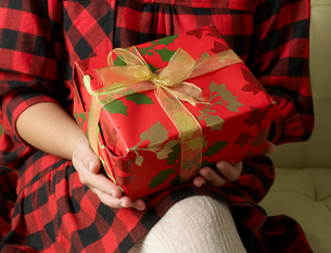 Mid-Section View of Woman Holding Christmas Presentの写真素材 [FYI02943073]