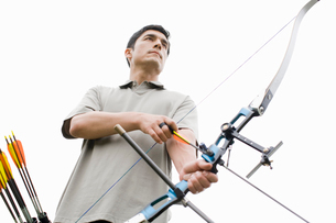 Man with bow and arrow (low angle view)の写真素材 [FYI02943138]