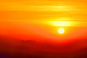 八王子城址山より朝焼けのスカイツリーと都心ビル群を望むの写真素材 [FYI02943151]