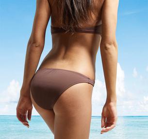 Mid-Section of Young Woman in Bikiniの写真素材 [FYI02943152]