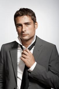Businessman putting necktie onの写真素材 [FYI02943168]