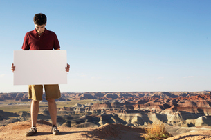 Man holding piece of paper on cliffの写真素材 [FYI02943217]