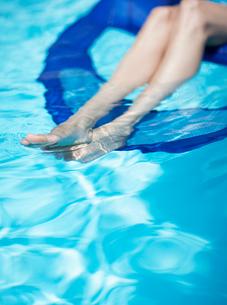 Woman on Pool Raft, Focus on Legsの写真素材 [FYI02943222]
