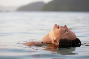 Young woman swimmingの写真素材 [FYI02943230]