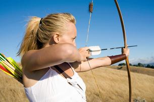 Young woman arrow shootingの写真素材 [FYI02943239]