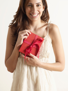 Woman Holding Christmas Presentの写真素材 [FYI02943255]
