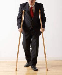 Businessman on Crutchesの写真素材 [FYI02943293]
