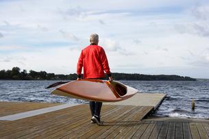 Senior man carrying a kayakの写真素材 [FYI02943301]