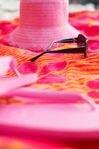 Beach attire on picnic blanketの写真素材 [FYI02943371]