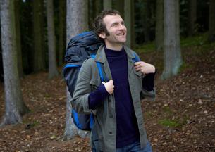 Mid adult man hikingの写真素材 [FYI02943390]