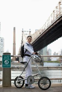 Female Cyclist by Bridgeの写真素材 [FYI02943441]