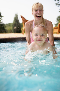 Mother and Baby Boy in Swimming Poolの写真素材 [FYI02943451]