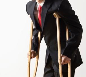 Businessman on Crutchesの写真素材 [FYI02943452]
