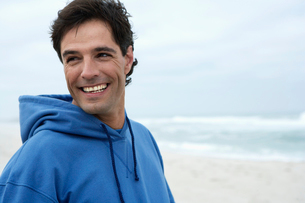 Portrait of mid adult man on beachの写真素材 [FYI02943498]