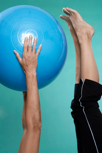 Mature woman exercising with Swiss ballの写真素材 [FYI02943522]