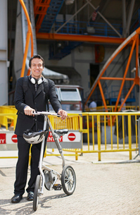 Businessman with Bicycle at Roosevelt Island Tramwayの写真素材 [FYI02943546]
