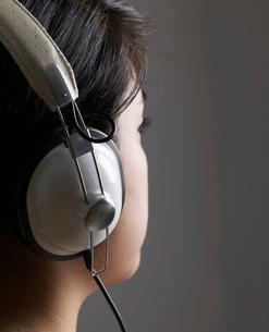Woman Listening to Headphonesの写真素材 [FYI02943564]
