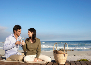 Couple drinking wine on beachの写真素材 [FYI02943596]