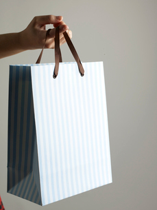 Shopping Bag Hanging From Fingerの写真素材 [FYI02943613]